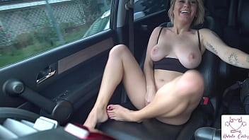 Cheia de tesão no carro