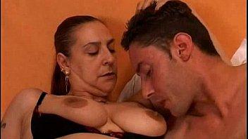 Mamma tettona con il figlio - mom and son incesto