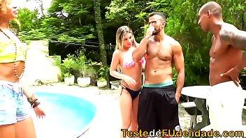 Suruba com amigos na beira da piscina