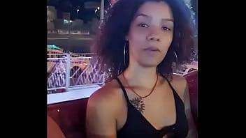 Novinha Carioca de Putaria no alto da Roda gigante do parque de diversão pagando peitinho