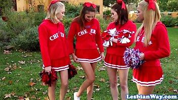 de minuscules filles en uniforme...