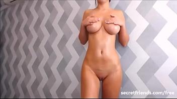 Babe oils her amazing boobies