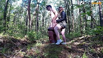 Вначале видео кончил девушке в рот и поцеловался с ней! После она использовала его сперму как смазку для пеггинга. И он кончил еще раз! Публичный секс, со страпоном