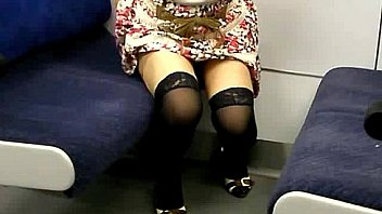 【奴隷OL】電車内露出<車内生脱ぎ>