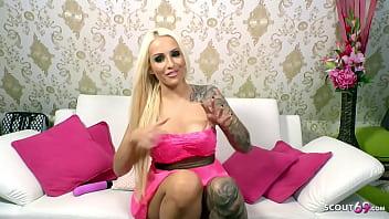 Deutsche Amateurin Tight Tini spielt mit dir ein Dirty Talk Spiel vor der Webcam