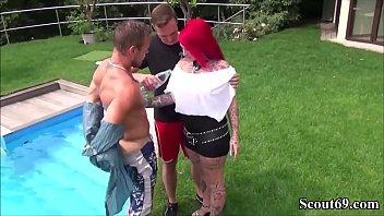 Watch Geile Maklerin mit Tattoos und riesen Bruesten fickt mit zwei Jungspunden bei Besichtigung preview
