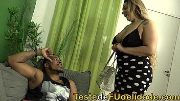 Carolina  Carioca foi para cidade grande visitar a sua mamãe e acabou liberando o cuzinho para o namorado dela depois que ela flagrou o safado espiando peladinha no quarto.