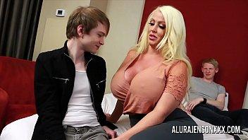 Busty blond milf har trekant...
