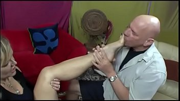 Ol mom Kelly Leigh gives foot job with huge cumshot on her feet