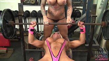 Deux femmes bodybuilders flexion des...