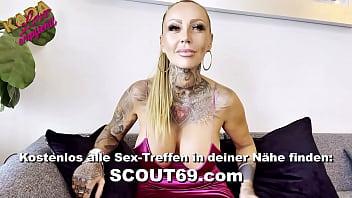 Reife deutsche Frau mit riesigen Naturtitten beim Scout69 Gruppensex von 15 Typen gefickt