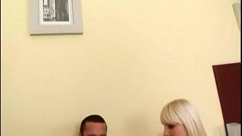 La rubia Lena Cova le da a su esposo bisexual una pija negra