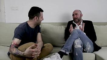 Kevin white el youtuber porno entrevista a Pablo Ferrari para que le cuente sus trucos y secretos sexuales sobre entrar por la puerta trasera durante el acto sexual | Completo y gratis en el enlace del video no puedes perderte sus tips