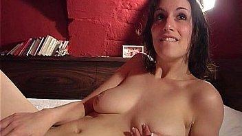 Jeune et jolie brunette francaise adore la sodo profonde