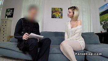 Flot blond pandehar falske cop...
