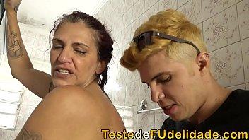 Sogra gostosa Melissa dando uma rapidinha com seu genro no banheiro enquanto sua filha não chega em casa