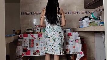 Mi Madrastra Ama de Casa Cocinando no Puede Resistirse Cuando Intento Follarla con mi Gran Polla - La Nueva Joven y Caliente Esposa de mi Papa Grita como una Puta
