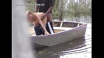 Mulher casada é flagrada traindo o marido na lagoa da fazenda, com funcionário do local