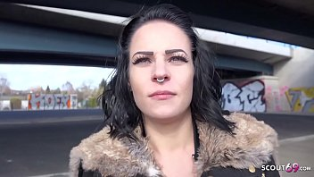 ►► Fitness Girl in Berlin beim ersten Sex vor der Kamera ohne Kondom gefickt - German Casting ◄◄