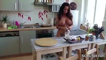 Perfekte deutsche MILF Katie Pears von Jungspund blank ohne Kondom in den Arsch gefickt