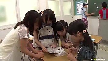 中学生アイドルが我慢できずに昼間からチンポを舐め回すのロリ系動画
