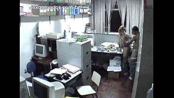 Câmera de segurança filma loira gostosa fodendo com colega em escritório de contabilidade