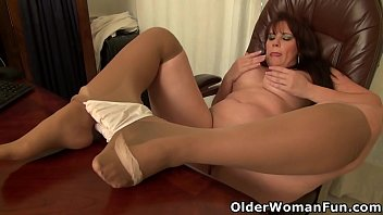 American and pantyhosed mom Lauren needs to rub one out behind her desk at the office. Bonus video: USA milf Katrina.