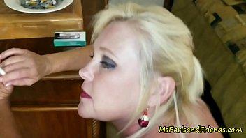 Belle Mme Paris de fumer...