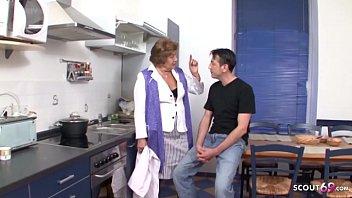 Oma Heidi wird in der Kueche vom Pflege auf dem Tisch gefickt