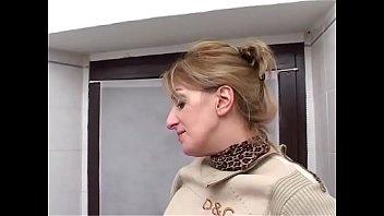 Figliastro si masturba in bagno, la mamma lo scopre e lo aiuta a sborrare