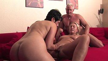 Versione Free - Cena tra amici diventa un festino di sesso, mogli si prestano per un gioco erotico