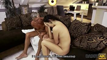 DADDY4K. Vieux mec toujours en forme pour baiser la copine de son fils sur un canapé