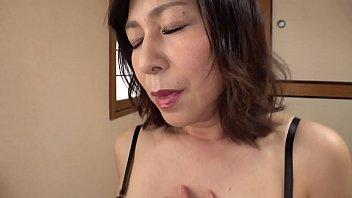 夫のリストラから、高収入を得られるデリヘル嬢として働くことになった穂香45歳。緊張はしたが、なんとか初出勤を終える。