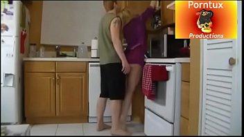 madre tiene sexo con hijastro en la cocina antes del desayuno