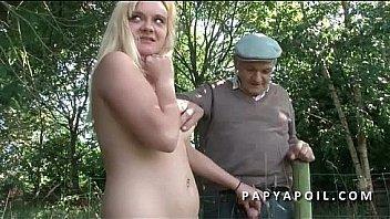 Papy rejoint un jeune couple francais a poil en train de baiser en pleine nature