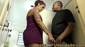 Sogra gostosa transou com o namorado da sua filha que acabou fragrando os dois se pegando no banheiro e quiz participar da fetinha com eles.
