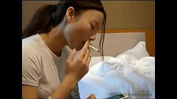 Chinesisches College-Mädchen lutscht einen Schwanz in einem Hotel