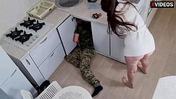 Не сказал жене о скрытой камере и посмотрел, как она даёт сантехнику