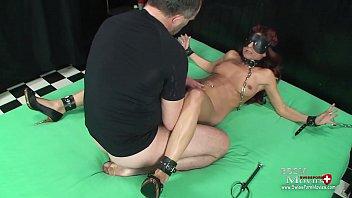 Versaute Hausfrau erlebt zum ersten Mal im Dark-Raum die Rolle als gefesselten Sklavin. Möse und Mundfotze werden hart gefickt und mit Sperma belohnt.