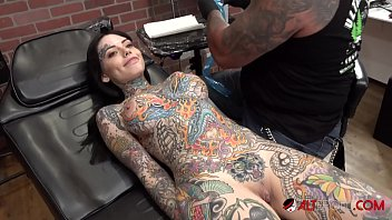 Busty tattooed chick gets a new tattoo on her face