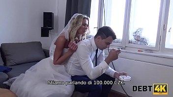 DEBT4k. Lo sposo sta guardando come la sua sposa fa sesso con un altro uomo
