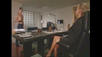 Im Büro die Chefin hart gefickt