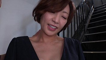 上品な奥様、瞳リョウ45歳。美しい奥様にはドマゾな性癖があった。視姦されるだけで濡れてしまい、羞恥プレイで欲情、羞恥オナニー、喉奥フェラでザーメンをぶっかけられる。