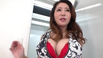 セレブな人妻、沢田麗奈52歳。一見清楚で上品に見えるが実は性欲旺盛、夫に内緒で男たちのチンポ汁を喰いあさる。若い男を部屋に連れ込み強引に押し倒し、バキュームフェラ、寸止め手コキ、ガッツキ騎乗位で草食系男子のザーメンを喰いまくる。