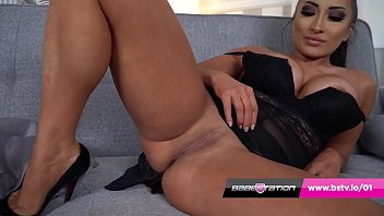 UK glamour girl Jada shows off her tight pussy