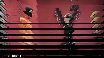 Devoter Mann wird von FemDom in geilen Lack Stiefel Wetlook Outfit schließt ein Strom Gerät an Körper des Sklaven an um ihn mit Reizstrom richtig geil zu melken