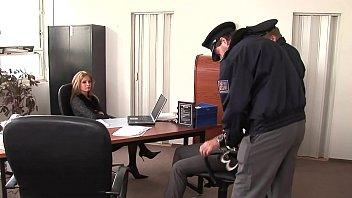 Interrogatorio alla stazione di polizia con pippa con i piedi