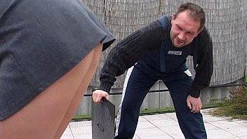 Notgeile reife Chefin mit Riesen Naturtitten treibt es mit jungen Praktikanten auf Arbeit - German M