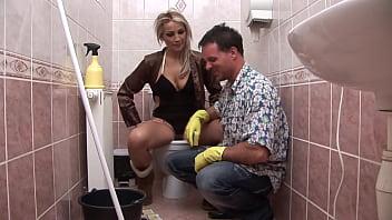 La bella bionda è sempre eccitata e si fa scopare in bagno da un cazzo voglioso