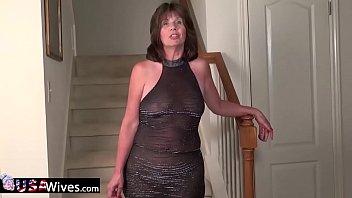 Horny mature milf masturbating sticking sextoys to her pussy